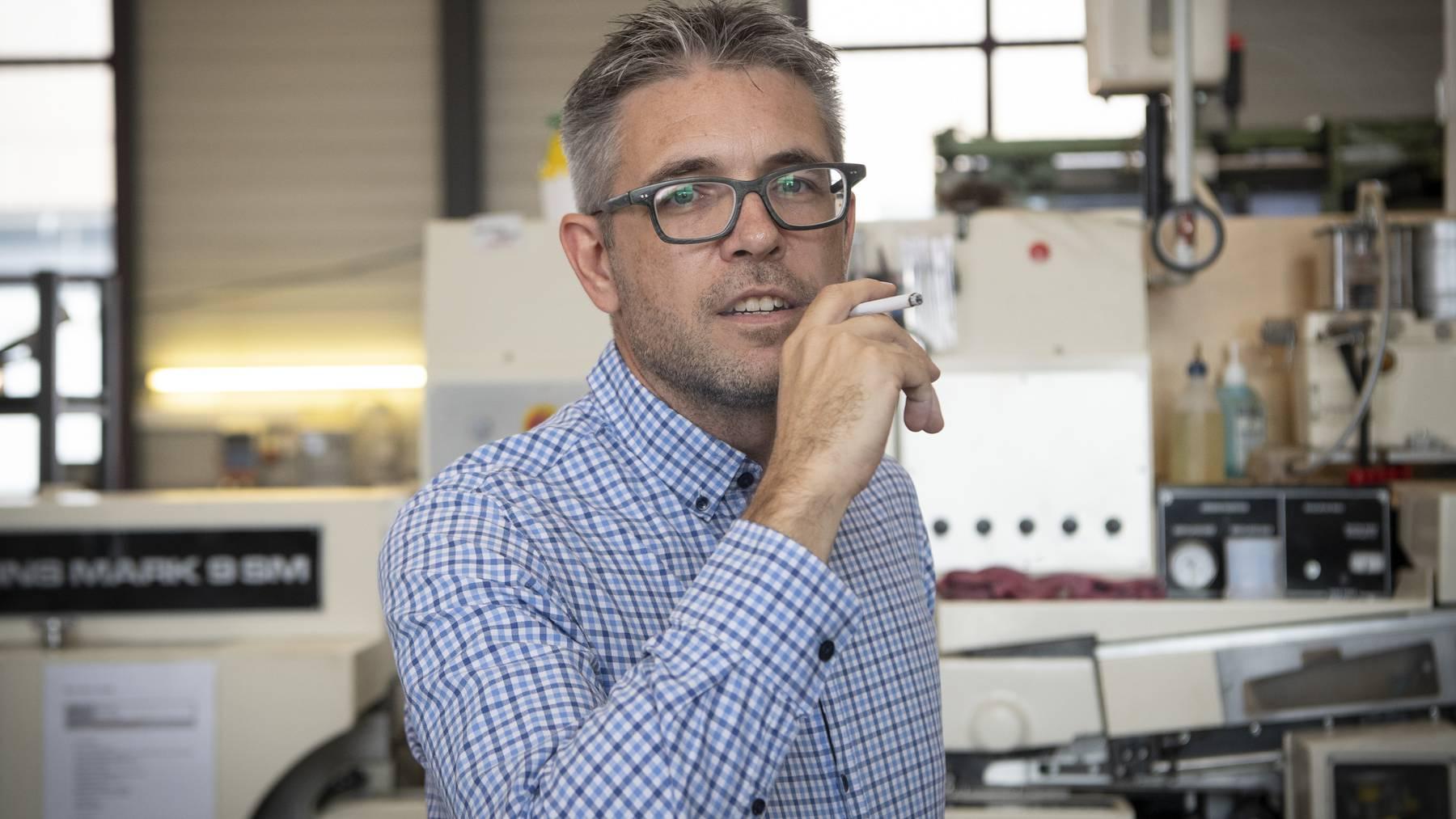 Firmengründer Roger Koch konnte letzten Herbst den Konkurs abwenden, nun ist sein Start-up, das die «Heimat»-Zigaretten herstellt, wieder hoch im Kurs.