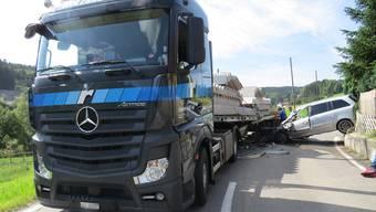 Gontenschwil: Heftige Kollision mit Sattelschlepper