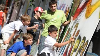 Konzentriert: Jean-Raphael Ruff bringt vier Jungs das Sprayen bei. Juri Junkov