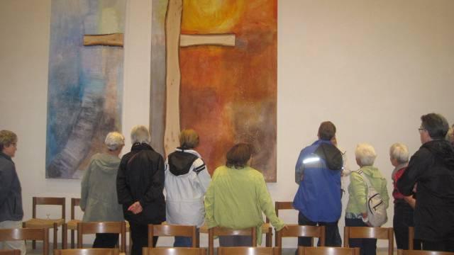 Bild der Künstlerin Doris Horvath in der reformierten Kirche in Rheinfelden