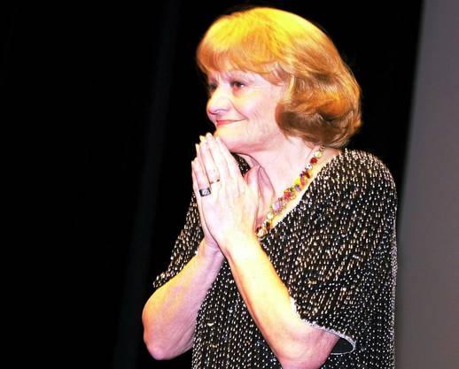 Ines Torelli nimmt die Gratulationen entgegen zu ihrem 70. Geburtstag im Zürcher Theater am Hechtplatz am Donnerstag 14. Juni 2001.