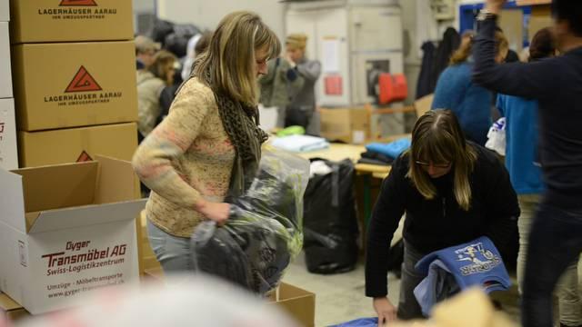 Freiwillige sortieren in Schöftland rund 30 Tonnen Kleider, Schuhe, Schlafsäcke und Hygieneartikel für Kriegsflüchtlinge.