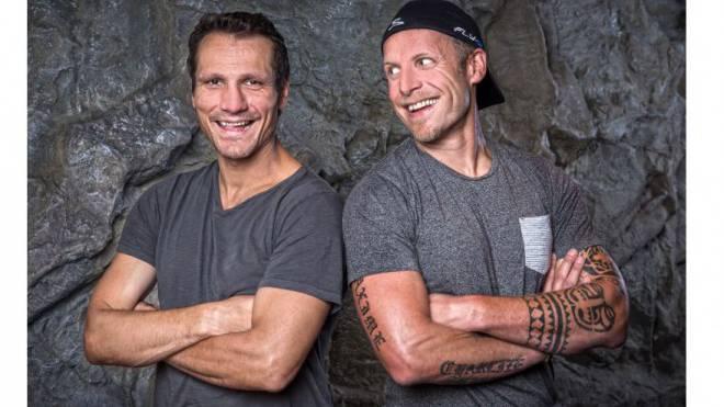 Zwei Typen, die sich gut verstehen: Marcel Jenni (l.) und Reto von Arx gehörten zu den Rock 'n' Rollern des Schweizer Eishockeys und sorgten 2002 an den Olympischen Spielen in Salt Lake City für den berühmten «Bier-Skandal». Fotos: Lea Hepp