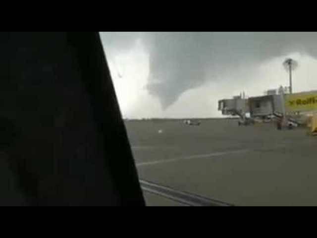 Der Tornado, gefilmt auf dem Fluhafenareal in Wien-Schwechat.