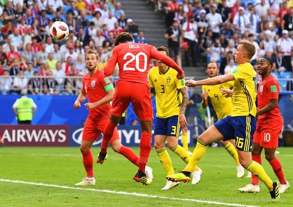 Dele Alli befördert den Ball mit dem Kopf zum 2:0 ins schwedische Tor.