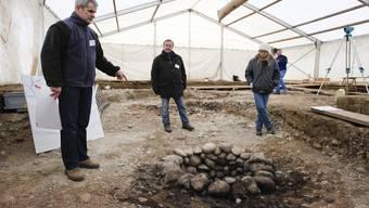 Urs Liechti, Daniel Gutscher und Marianne Ramstein – die Grabungsleiter präsentieren einen Fund auf dem Wuhrareal Langenthal.