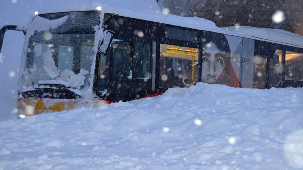 Die Schneemassen der Lawine schlossen auch ein Postauto auf der Schwägalp ein.