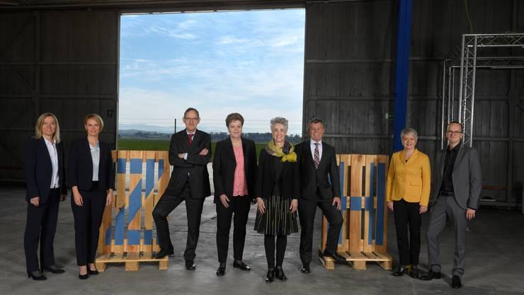 Der Zürcher Regierungsrat mit den Neugewählten Martin Neukom (Grüne, rechts) und Natalie Rickli (SVP, 2. von links)