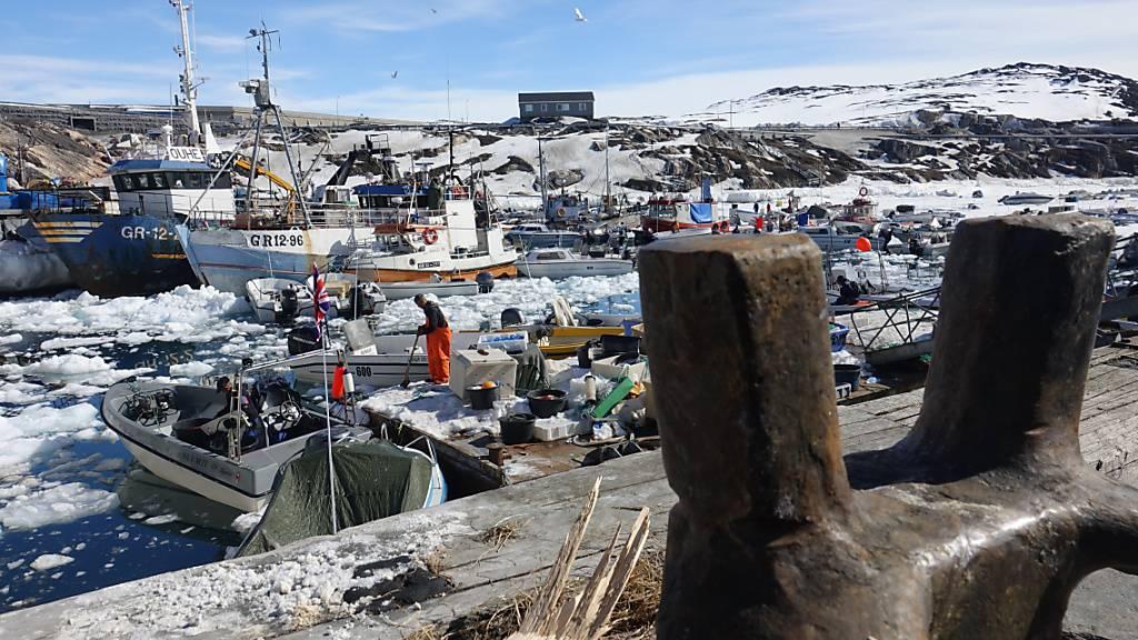 ARCHIV - Fischerboote liegen im Hafen von Ilulissat in Grönland. Grönland vergibt unter anderem aus Klimaschutzgründen keine neuen Lizenzen mehr für die Erschließung von Öl- und Gasvorkommen. Foto: Julia Wäschenbach/dpa