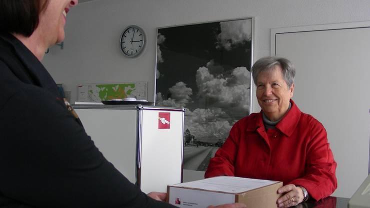 Verena Zehnder (rechts) schiebt die Unterschriftenbogen der Gemeindeschreiber-Stellvertreterin Esther Fehlmann zu. Dieter Minder