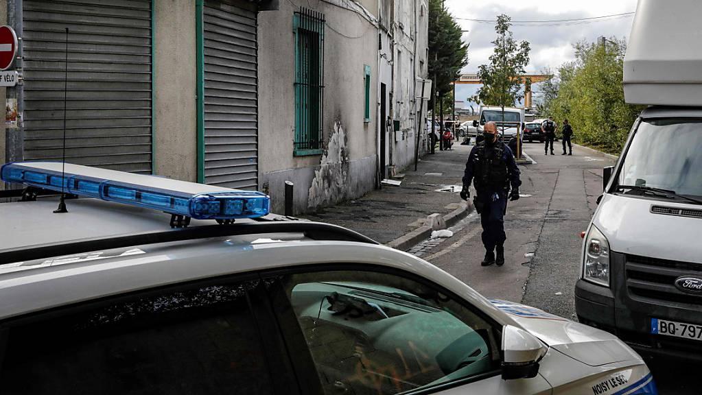 Die Polizei sperrt den Bereich vor einem Haus ab. Ermittler haben in einem Haus in einem Pariser Vorort fünf Tote gefunden.