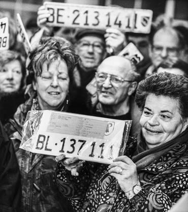 Am 22. Januar 1994 beginnt für 8500 Fahrzeughalter der Umtausch der Fahrzeugkontrollschilder auf dem Posten der Kantonspolizei Laufen. Bürger und Bürgerinnen von Laufental halten alte Berner und neue basellandschafliche Nummernschilder hoch.