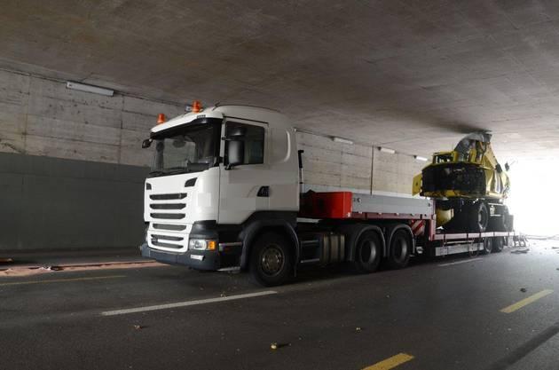 Am Donnerstagvormittag, kurz nach 09.30 Uhr, blieb in Frenkendorf ein Lastwagen in der Unterführung auf der Liestalerstrasse stecken. Dabei wurde ein Kabelschacht beschädigt. Die Unterführung ist bis auf weiteres gesperrt. Verletzt wurde niemand.