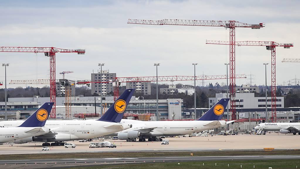 Die Coronakrise hat dem Flughafen Frankfurt einen Umsatzeinbruch und einen hohen Verlust beschert. (Archivbild)