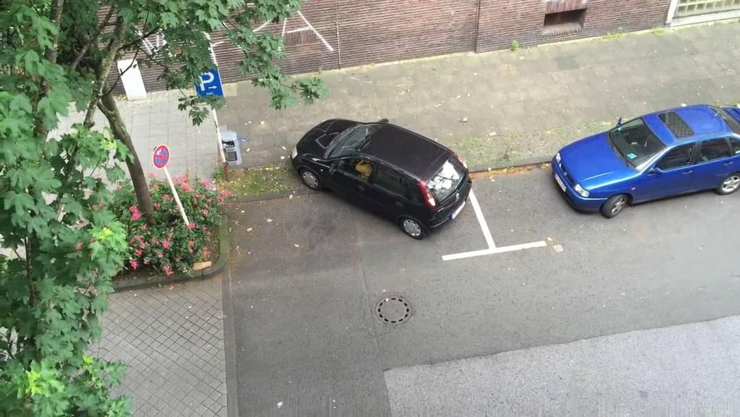 Verzweifelter Parkierversuch: Er dauert sechs Minuten und endet mit der einfachsten aller Lösungen.