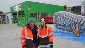 Karin und ihr Vater Albert Bertschi freuen sich in Muri über das dritte Recycling-Paradies im Kanton Aargau.