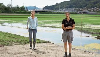 Katja Jacot von Agroscope (links) und Judith Meier von der Max Schwarz AG betreuen den Nassreis-Anbau in Lauffohr.