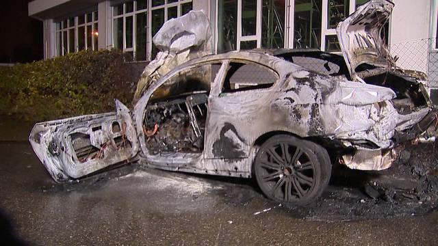 Jugendliche retten sich aus brennendem Auto