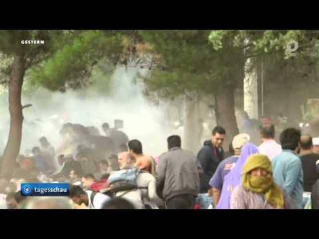 Flüchtlinge durchbrechen mazedonische Polizeisperren