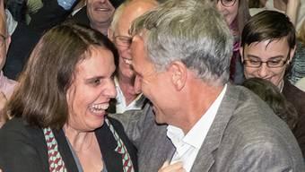 Im Oktober 2016 herrschte ganz klar noch kein Kontaktverbot: Guy Morin freut sich mit Elisabeth Ackermann über ihre Wahl in die Regierung.