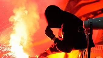 Pyros in Fussballstadien sorgen seit Jahren für Zündstoff (Archiv)