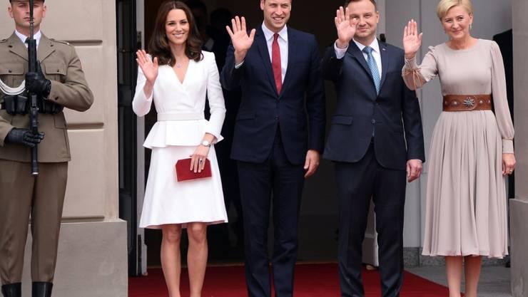 Prinz William und seine Frau Kate haben ihren Besuch in Polen begonnen. Zum Auftakt wurden sie von Staatspräsident Andrzej Duda (2. von rechts) und seiner Frau empfangen.