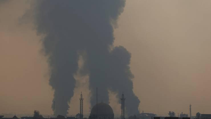 Rauch steigt auf über der umkämpften Stadt Mossul. (Archiv)