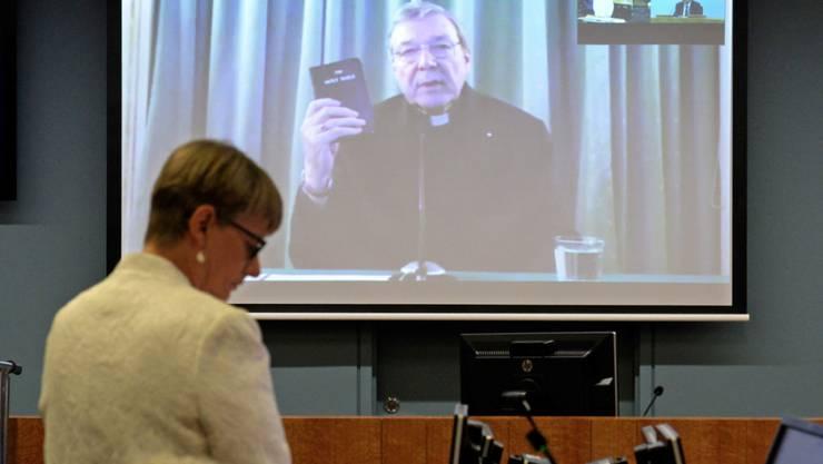 George Pell, Kardinal der katholischen Kirche aus Australien, musste einer Untersuchungskommission der australischen Regierung Auskunft zum Thema Kindesmissbrauch geben. Er war der Kommission per Video aus Rom zugeschaltet.
