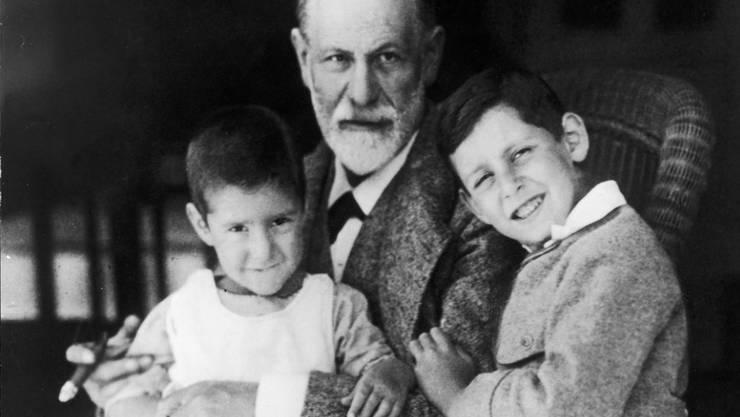 Der Begründer der Psychoanalyse, Sigmund Freud, mit zwei seiner Enkel. Das Museum in seinem Wohnhaus wurde renoviert und die Ausstellungsfläche verdoppelt. Am Samstag öffnet es wieder. (Exponat aus dem Freud-Museum)