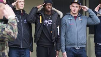 Auch sie mussten mal ran: Der damalige YB-Profi Denis Zakaria (heute bei Borussia Mönchengladbach) in der Mitte neben Schwinger Remo Käser (2. von rechts) nach dem Einrücken in die Spitzensport Rekrutenschule 2016. (Archivbild)