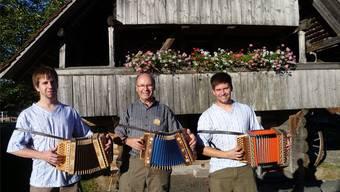 Hansruedi Reist, Gründer der Reist-Örgeli AG, mit seinen Zwillingssöhnen Richard (links) und Samuel vor dem Ausstellungsspeicher.