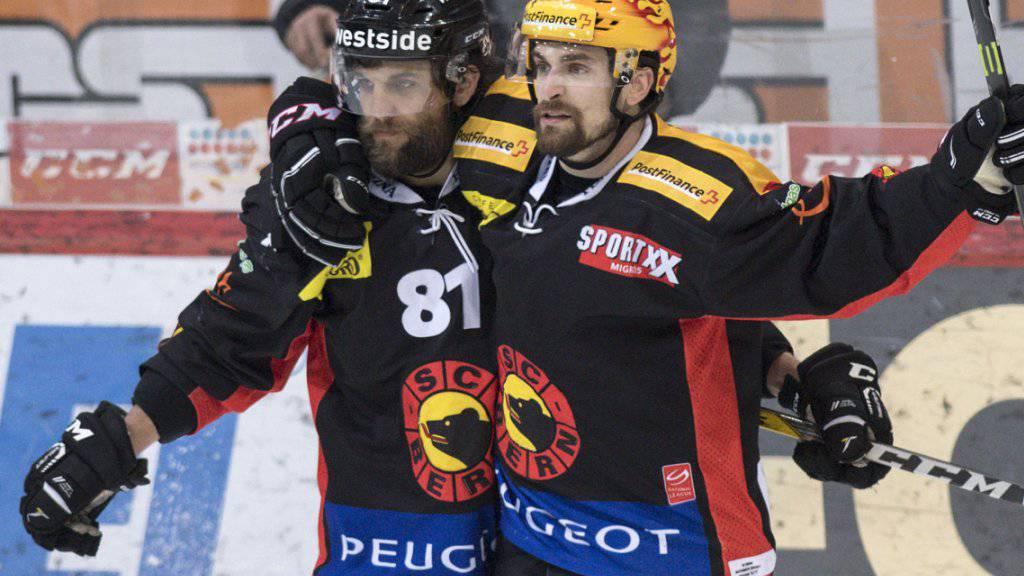 Thomas Rüfenacht (links) und Mark Arcobello vom SC Bern - beide erhielten einen Award als wertvollster Spieler (MVP) der letzten Saison, Rüfenacht jenen für die Playoffs, Arcobello jenen für die Qualifikation