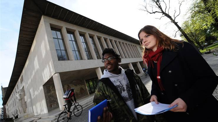 Zwei Studenten vor dem Kollegiengebäude der Uni Basel: Der Raum ist knapp.