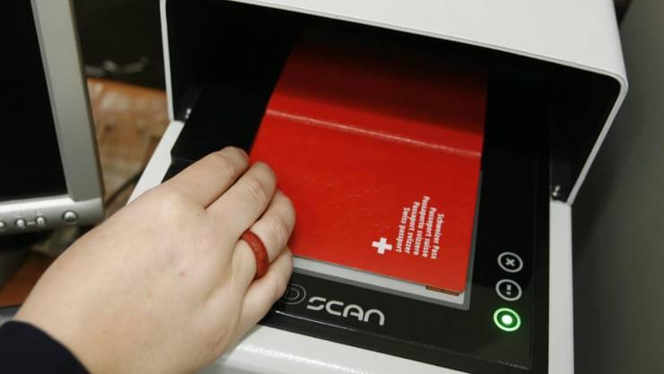 Im Schweizer Pass sind biometrische Daten gespeichert. Bald könnte dies auch bei der ID der Fall sein. (Symbolbild)