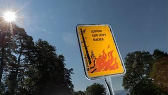 Feuer machen verboten: Ein Schild auf einer Waldlichtung warnt vor der Waldbrandgefahr (Archiv).
