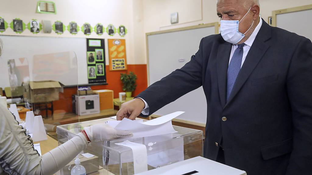 HANDOUT - Dieses von der Partei GERB zur Verfügung gestellte Foto zeigt Boiko Borissow, Ministerpräsident von Bulgarien, der während der Parlamentswahl seine Stimme abgibt. Foto: Handout/GERB Party/AP/dpa - ACHTUNG: Nur zur redaktionellen Verwendung im Zusammenhang mit der aktuellen Berichterstattung innerhalb der nächsten 14 Tage und nur mit vollständiger Nennung des vorstehenden Credits