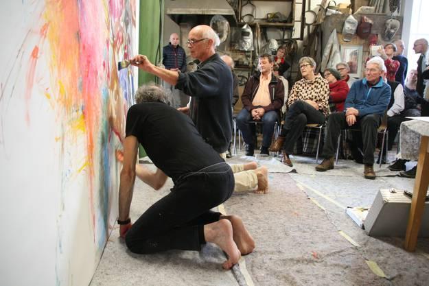 Gut besucht war die Mal-Performance von Gianni Vasari (vorne) und Markus Waber im Rehmann Museum.