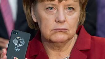 Bundeskanzlerin Merkel mit einem abhörsicheren Handy