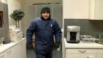 Ohne Mütze, Jacke und Handschuhe geht nichts: Shaban Kastrati hat einen der eisigsten Jobs der Schweiz.
