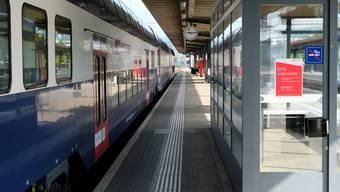 Tatort Bahnhofperron in Dietikon: Bei diesem Wartehäuschen kam es zu der versuchten schweren Körperverletzung. Der Täter erhält eine bedingte Gefängnisstrafe. (deg)