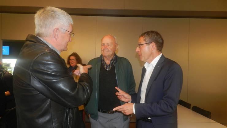 Regierungsrat Urs Hofmann (r.) im Gespräch mit den Wohlern Walter Küng (l.) und Alt-Vizeammann Alfred Fischer.