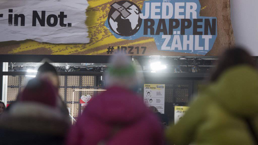 """Die SRF-Glasbox anlässlich der Aktion """"Jeder Rappen zählt"""", am 18. Dezember auf dem Europaplatz in Luzern."""