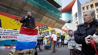 Pegida-Gründer Lutz Bachmann tritt bei einer Demonstration in Utrecht auf - im Anschluss wurden zehn Personen verhaftet.