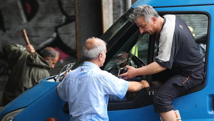 Da war kein Fortkommen und auch kein Türöffnen mehr: Ein Busfahrer in Istanbul lässt sich helfen.