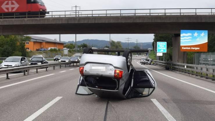 Ein Unfall mit sieben beteiligten Fahrzeugen hat auf der A1 bei Rothrist vier Verletzte gefordert. Ein Auto landete auf dem Dach.