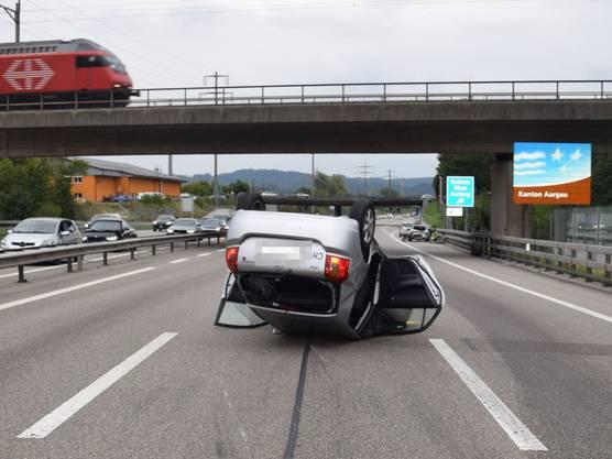 Ein Unfall mit sieben beteiligten Fahrzeugen hat auf der A1 bei Rothrist AG vier Verletzte gefordert. Ein Auto landete auf dem Dach. Die genaue Unfallursache stand zunächst nicht fest. Ein Spurwechsel eines schwarzen Porsches mit Zürcher Kontrollschildern soll dem Unfall vorausgegangen sein – nach dem Fahrer wird gesucht.