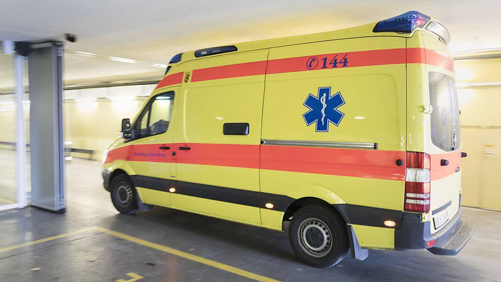 Ein Schwerverletzter lag nach der YB-Meisterfeier vom Sonntag in einer Tiefgarageneinfahrt in Bern: Die Ambulanz brachte ihn ins Spital. (Symbolbild)