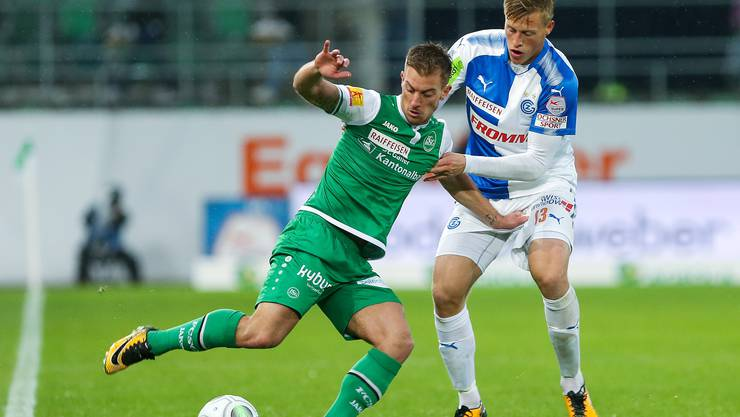 St. Gallens Marco Aratore im Kampf um den Ball gegen GC Spieler Emil Bergstroem.