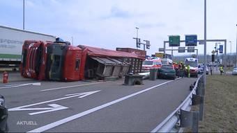 Beim Selbstunfall eines LKWs in Lupfig donnerten grosse Eisenteile vom Fahrzeug auf die Kreuzung. Die am Rotlicht wartenden Autos hatten Glück.