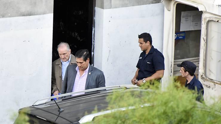 In Uruguay in Haft genommen: Der ehemalige FIFA-Vizepräsident Eugenio Figueredo (li.) verlässt ein Gerichtsgebäude in Montevideo